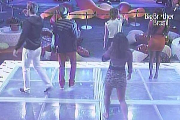 Wesley, Daniel, Diana, Maria e Jaqueline balançam o esqueleto na pista de dança (12/3/11)