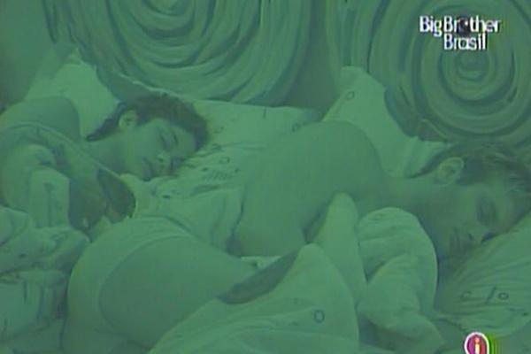 Após se beijaram na festa chilli beans, Maria e Wesley dormem juntos (13/3/11)