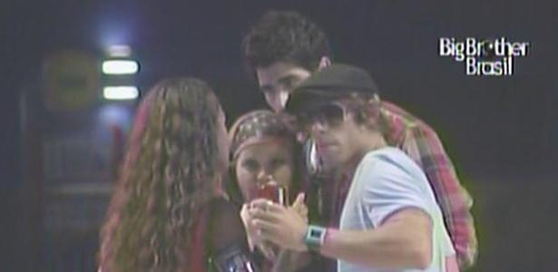 Mauricio não gosta de ver Maria beijando Wesley e Jaqueline pede para o músico ficar calmo (12/3/11)