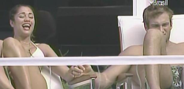À beira da piscina, Maria toma sol de mãos dadas com Wesley (14/3/11)