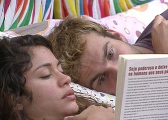 Enquanto Maria lê, Wesley observa a