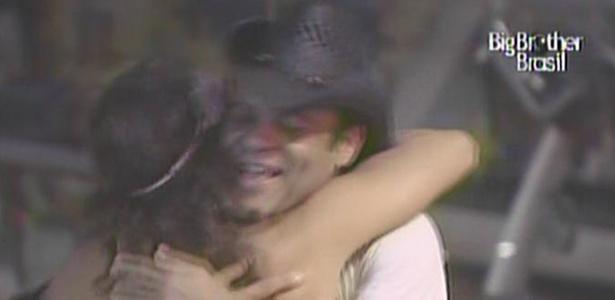 Maria e Daniel se abraçam enquanto a banda Train toca a música