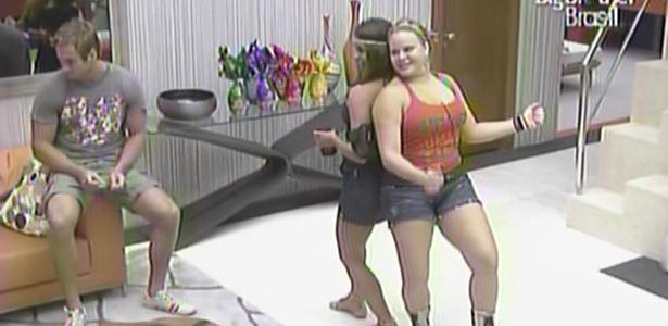 Maria e Paula dançam na sala da casa de luxo, ao lado de Wesley (14/3/11)