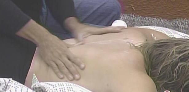 Daniel faz massagem em Paulinha no quarto do líder (15/3/11)