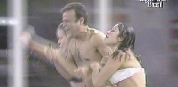 Daniel também pula na piscina com Paula e Maria (15/3/11)