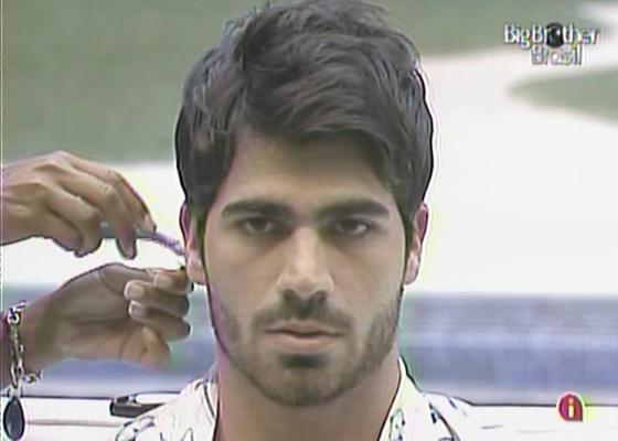 Jaqueline corta cabelo de Rodrigão com lâmina de barbear (15/3/11)
