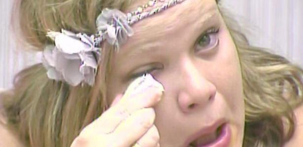 Paula chora muito com a eliminação de Jaqueline do BBB11 (15/3/11)