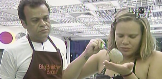 Paula prova receita enviada por sua mãe e é observada por Daniel (15/3/11)
