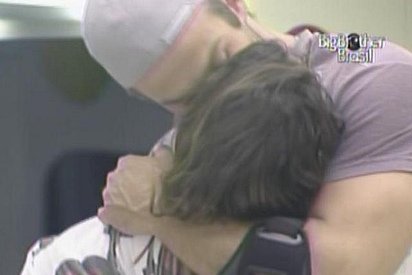 Wesley dá abraço e beijo no rosto de Maria na cozinha da casa de luxo (15/3/11)