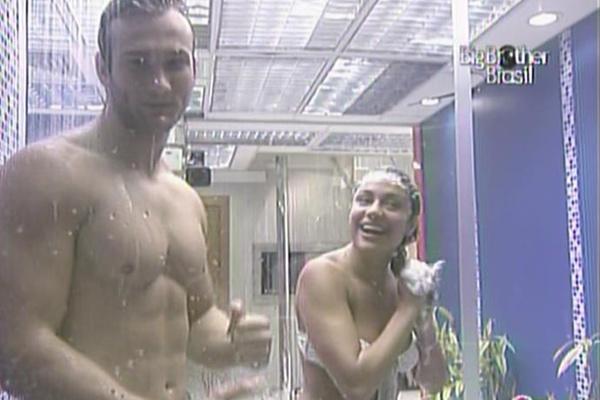Wesley e Maria tomam banho juntos e cantam debaixo do chuveiro (15/3/11)