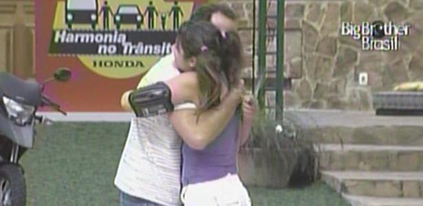 Após sair da casa para assistir corrida de Motocross, Daniel retorna ao confinamento e é recebido por Maria (16/3/11)