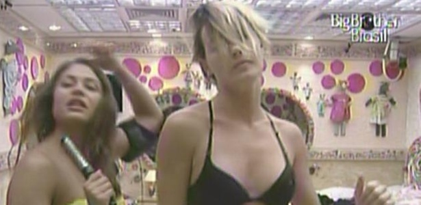 Enquanto se arrumam para festa desta quarta, Maria e Diana dançam na frente do espelho (16/3/11)