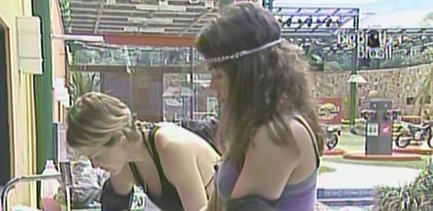 Maria e Diana aproveitam a tranquila manhã desta quarta-feira para lavar roupa (16/3/11)