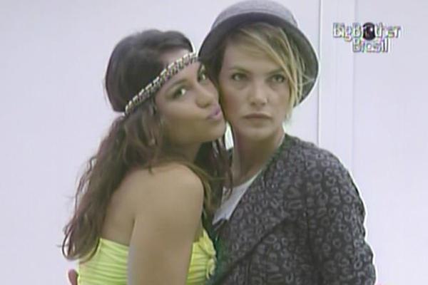 Maria e Diana fazem cara sexy na frente do espelho (16/3/11)