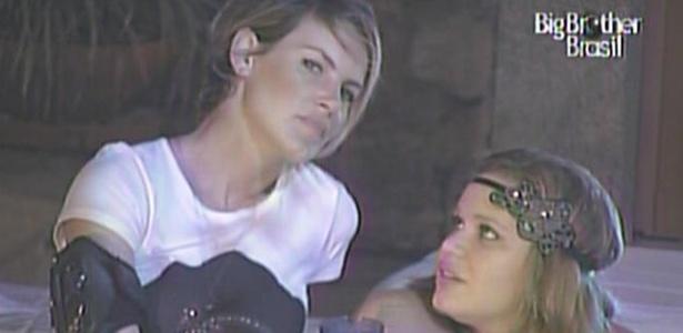 Paula conversa com Diana durante a festa sertanejo universitário (16/3/11)