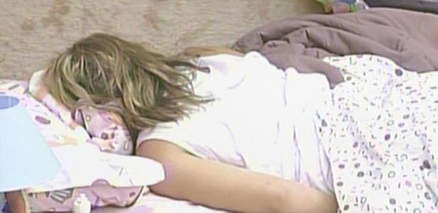Paula passa parte da manhã dormindo no quarto jujuba (16/3/11)