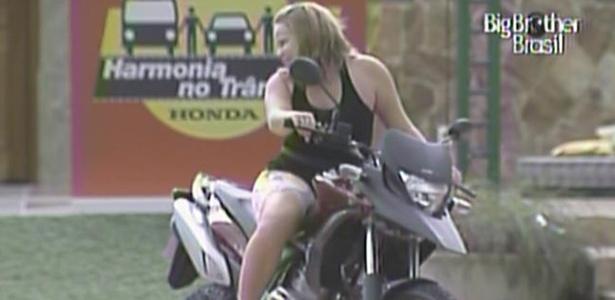 Paula sobe em moto parecida com a que ganhou na tarde desta quarta-feira (16/3/11)