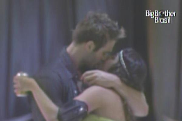 Wesley e Maria trocam um beijo apaixonado logo após o show das duplas sertanejas (16/3/11)