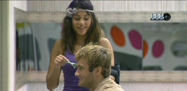 Edição mostra momento em que Maria cortou cabelo de Wesley com gilete (17/3/11)