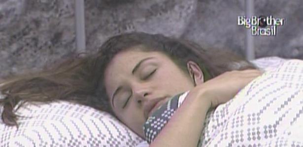 Maria deixa a festa e vai dormir com Daniel no quarto do líder (17/3/11)
