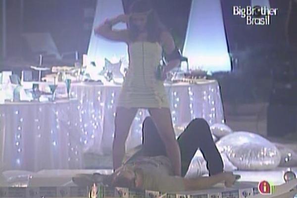 Maria faz dança sensual para Wesley (17/3/11)
