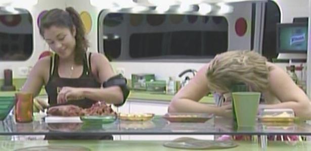 Maria pica os ingredientes para o almoço desta quinta-feira (17/3/11)