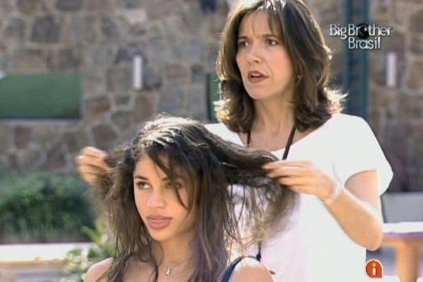 Cabeleireira analisa danos em cabelos de Maria causados pelo aplique e pela escova progressiva (18/3/11)