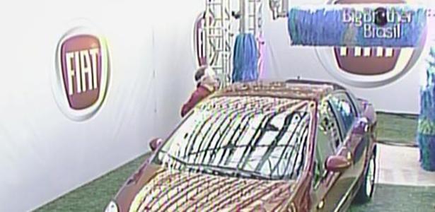 Paula continua na disputa pela liderança. A estudante está encostada no carro (18/3/11)