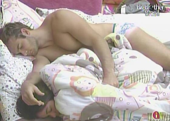 Maria e Wesley dormem agarradinhos (19/3/11)