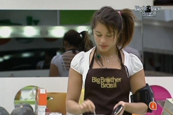 Maria prepara o almoço para os