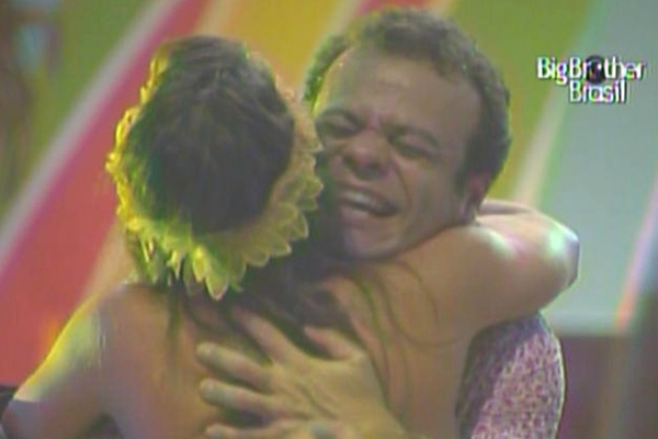 Maria e Daniel dão um abraço apertado comemorando a permanência na casa (20/3/11)