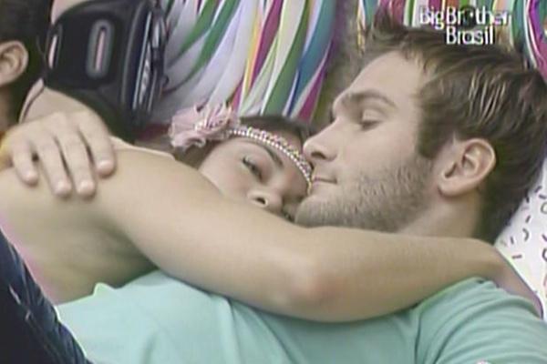 Maria e Wesley esperam pelo início do programa deitados juntinhos no quarto Jujuba (20/3/11)