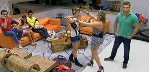 Paula é eliminada do programa e abraça Diana, sua concorrente no paredão (20/3/11)