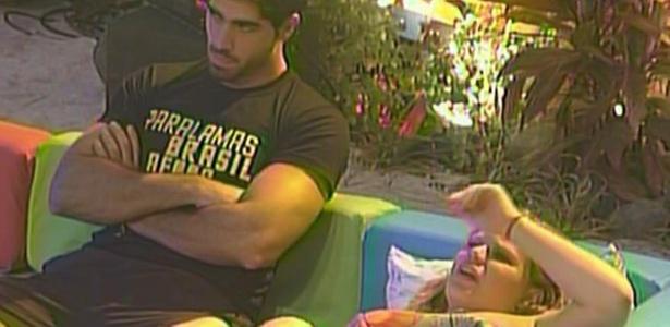Rodrigão e Paula não se divertem em festa na madrugada deste domingo (20/3/11)
