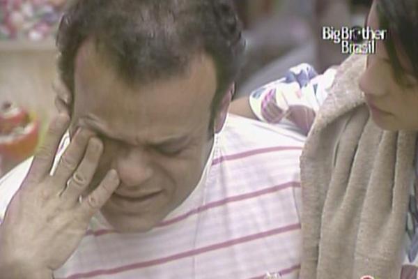 Com medo de eliminação, Daniel chora e é consolado por Maria (21/3/11)
