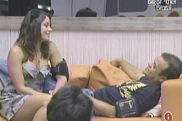Daniel reclama do corte do seu cabelo feito por Maria e, em seguida, diz que está brincando (21/3/11)