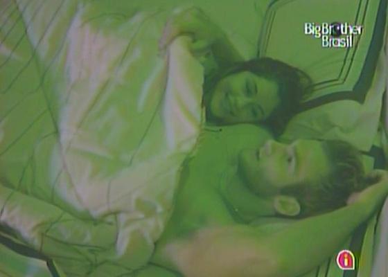 Maria e Wesley conversam antes de dormir juntos na cama do quarto do líder (21/3/11)