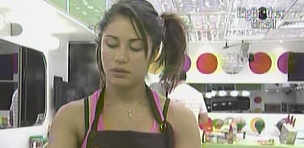 Maria lava a louça e se prepara para cozinhar na casa de luxo (21/3/11)