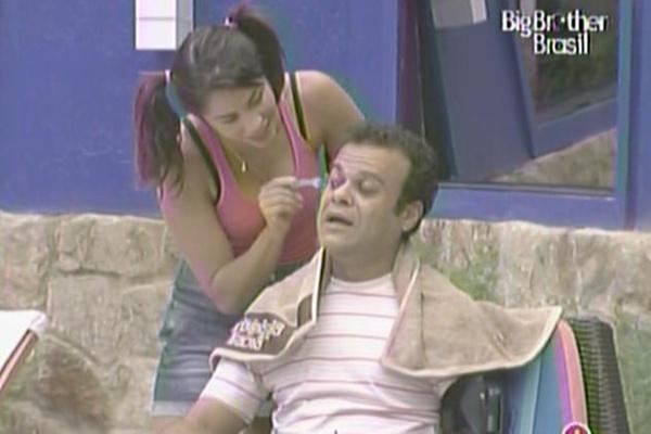 Mesmo com medo de ficar careca, Daniel aceita ter os cabelos aparados por Maria (21/3/11)