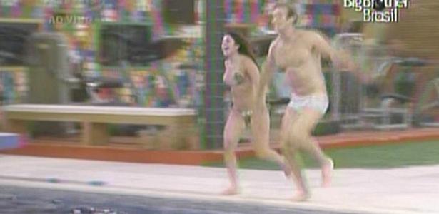 Maria e Wesley resolveram acompanhar Daniel e Diana no banho de piscina (22/3/11)