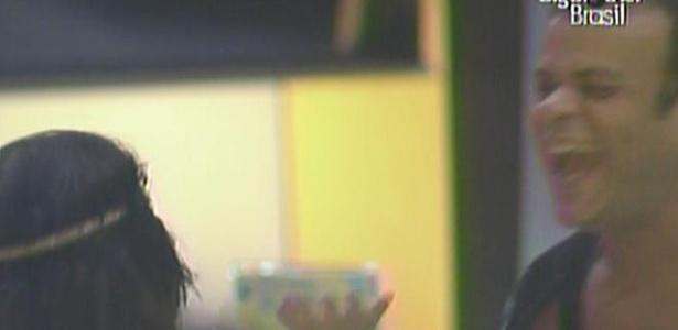 Daniel conta para Maria que deu um selinho no guitarrista Yves Passarel (23/3/11)