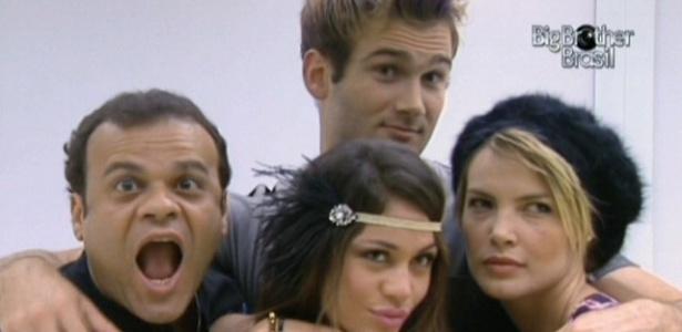 Daniel, Wesley, Maria e Diana posam em frente ao espelho da casa de luxo (23/3/11)