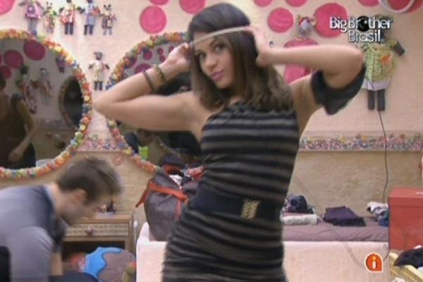 Maria desfila no quarto Jujuba com figurino da festa desta quarta-feira. Capital Inicial fará show na casa (23/3/11)