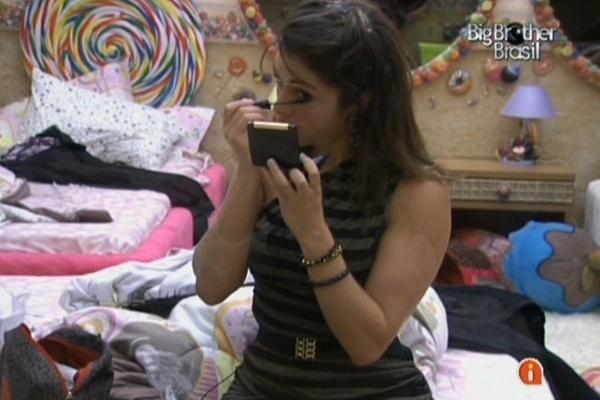 Maria se maquia no quarto Jujuba com figurino da festa com Capital Inicial (23/3/11)