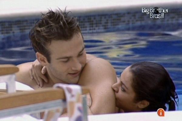 Wesley e Maria curtem piscina na tarde desta quarta-feira (23/3/11)