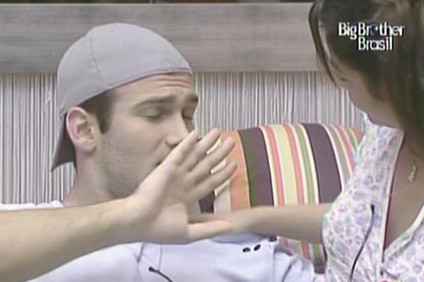Maria corre para beijar Wesley, mas o médico nega, pois ele ainda não escovou os dentes (24/3/11)