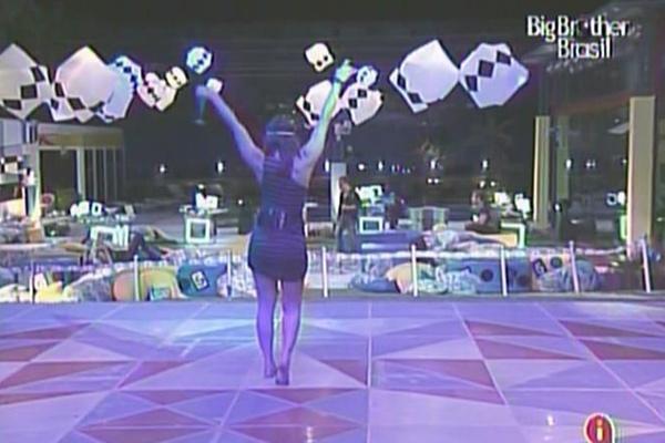 Maria dança sozinha durante a festa boate (23/3/11)
