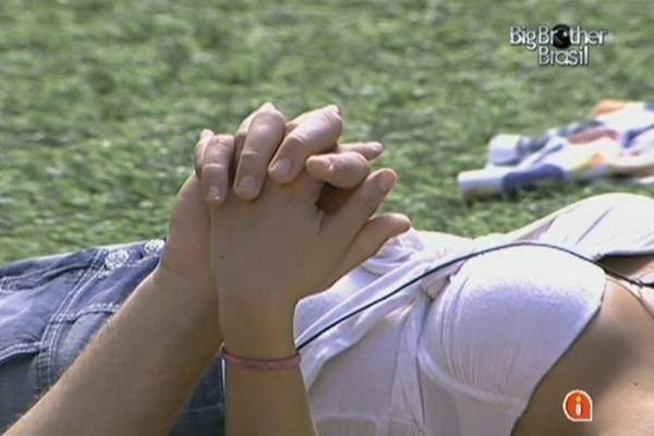 Maria e Wesley deitam de mãos dadas no gramado da casa (25/3/11)