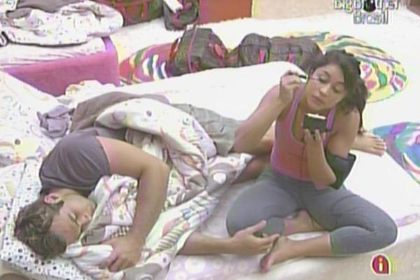 Wesley cochila enquanto Maria faz a maquiagem no quarto Jujuba (25/3/11)