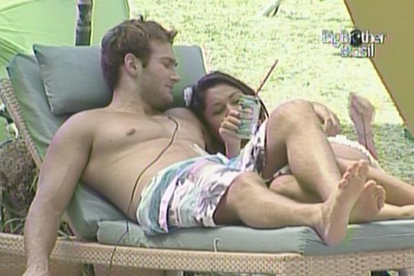 Maria e Wesley dividem a espreguiçadeira (26/3/11)